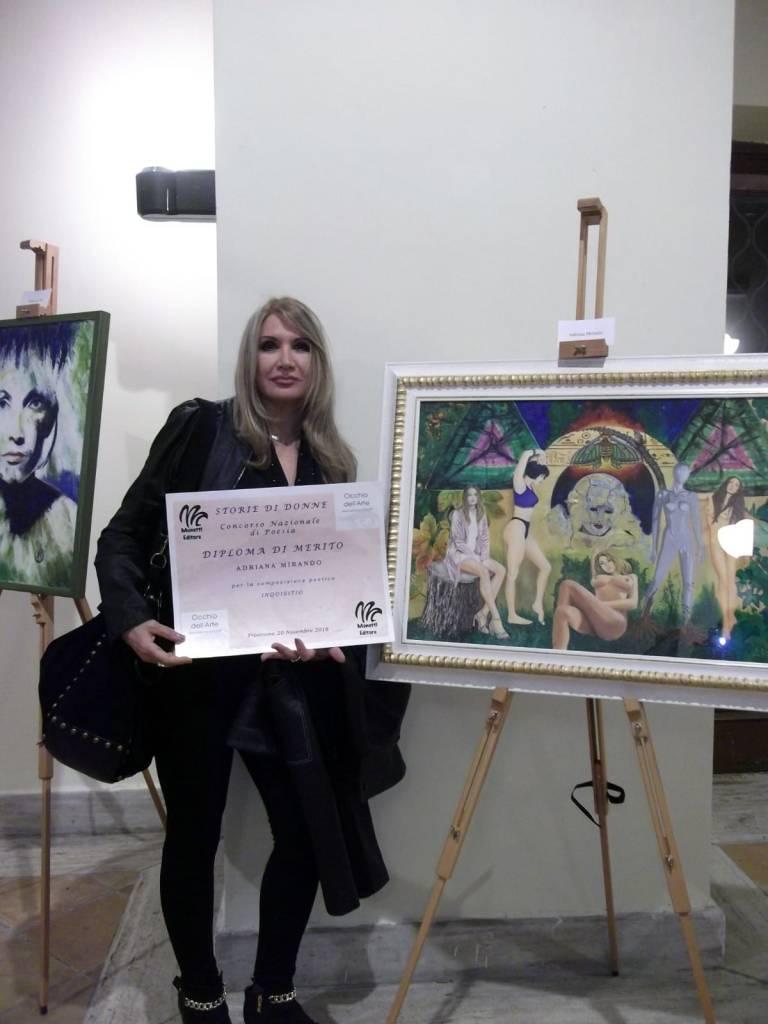 Adriana Mirando insieme alla sua opera LA FALENA: IL SOGNO, LA MORTE E LA RINASCITA